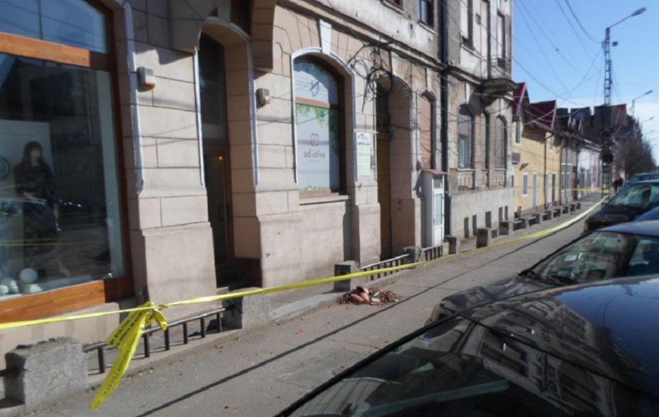 Proprietarii de clădiri degradate care prezentau pericol din cauza vântului, amendaţi