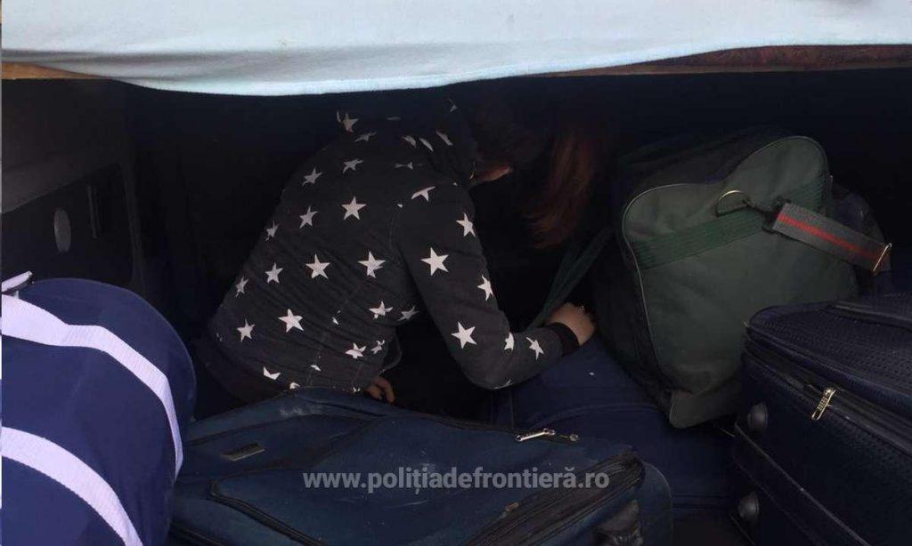 Mame care au încercat să iasă ilegal cu copiii din ţară, depistate la Nădlac