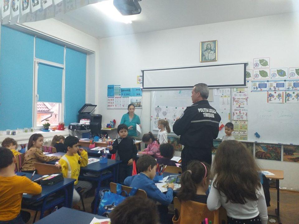 Polițiștii locali au susţinut lecții de prevenire în şcoli