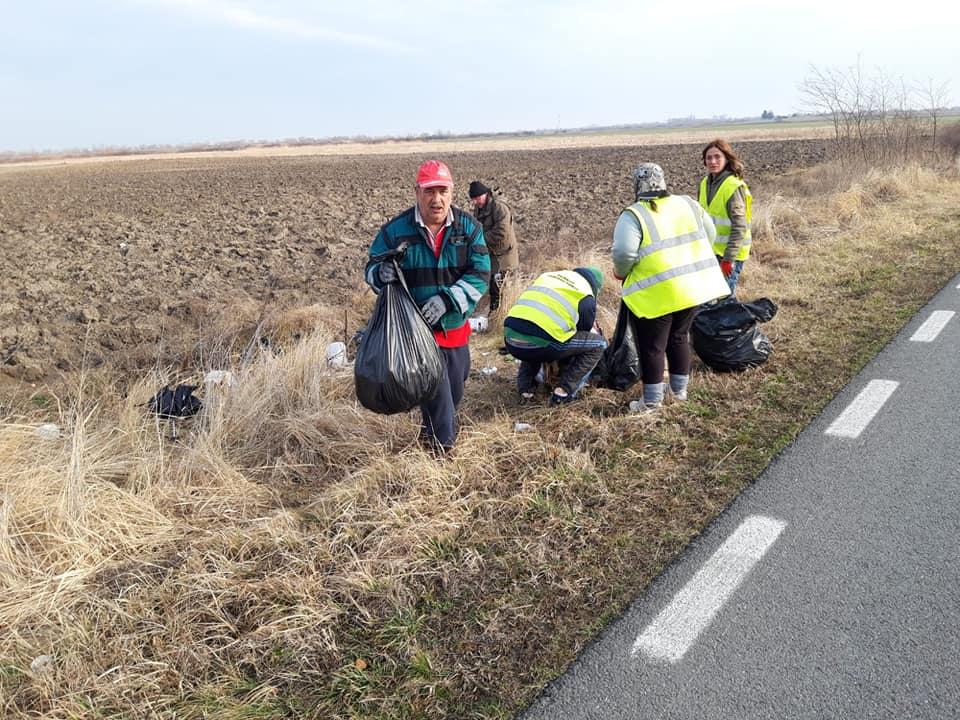 Asistaţii social au curăţat gunoaiele aruncate pe marginea drumului Sânmihaiu Român – Diniaș