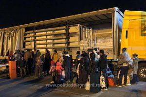 33 de migranţi din Siria, Irak și Palestina, ascunşi într-un automarfar, depistați la Nădlac
