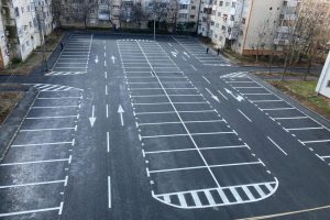 Patru parcări vor fi amenajate în locul garajelor demolate