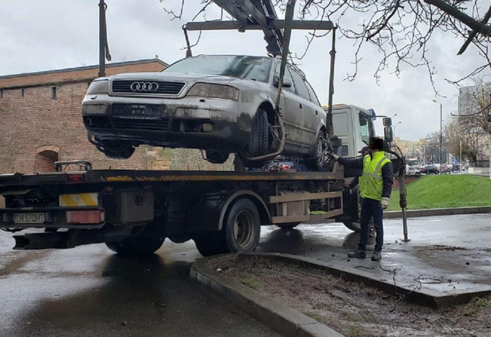 Poliția Locală continuă să ridice maşinile abandonate de pe străzi