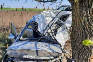 O șoferiță şi-a pierdut viaţa după ce a intrat cu maşina într-un copac