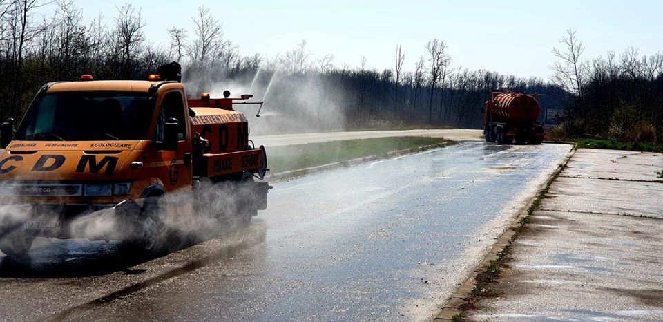 Continuă dezinfecția drumurilor din Timiș