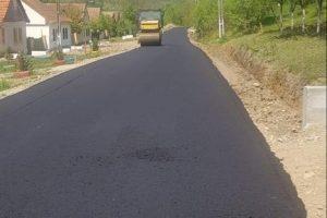 Primarul ALDE, Ovidiu Doța, adaugă la realizările comunei Topolovățu Mare încă un drum asfaltat