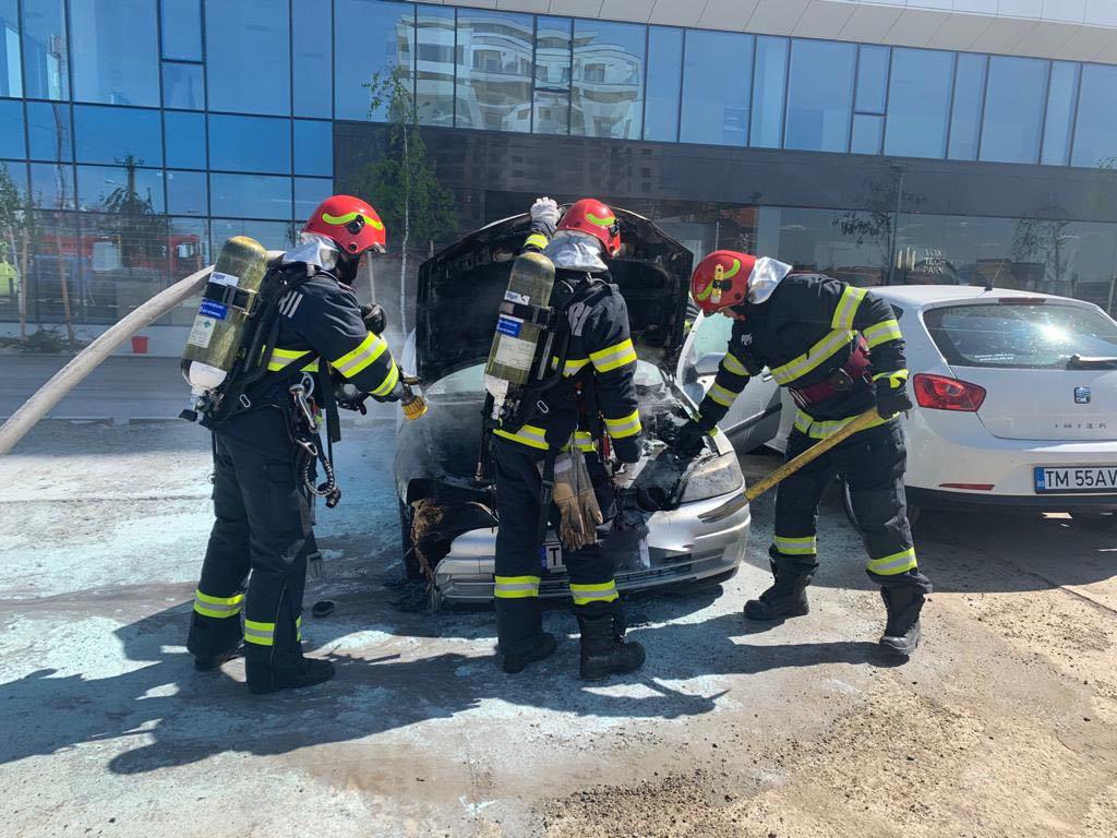 Pompierii, chemaţi să stingă o maşină în flăcări pe Calea Torontalului