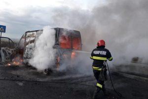 Un microbuz s-a făcut scrum pe autostrada A1