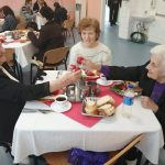 Vârstnicii de la azilul primăriei au primit Lumina Învierii şi preparate tradiţionale