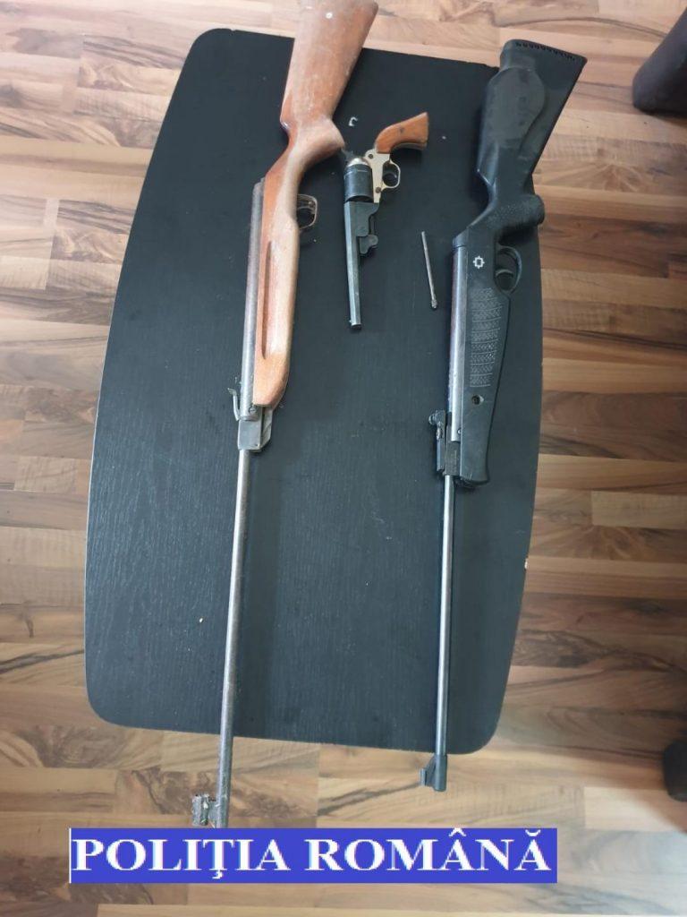 Trei timişeni s-au ales cu dosare penale după ce poliţia a găsit arme la ei acasă