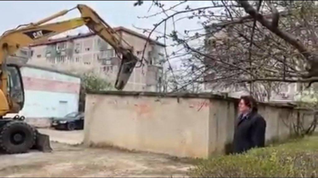 Foto. Robu i-a demolat garajul fiului său