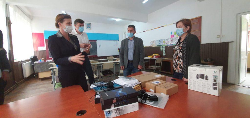 Mai mulţi elevi din Tomești – Colonie primesc tablete pentru orele online. De unde provine donaţia