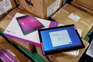 Sute de tablete, laptopuri și table inteligente vor ajunge la Școala Gimnazială din Săcălaz