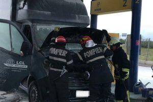 Incendiu la o autocamionetă care se afla într-o benzinărie