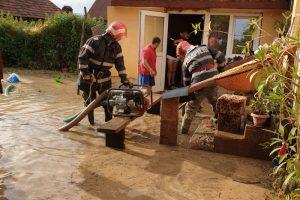 Gospodării inundate la Glimboca după o rupere de nori