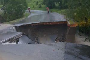 Drum închis în Hunedoara, după ce un pod s-a prăbușit din cauza viiturii