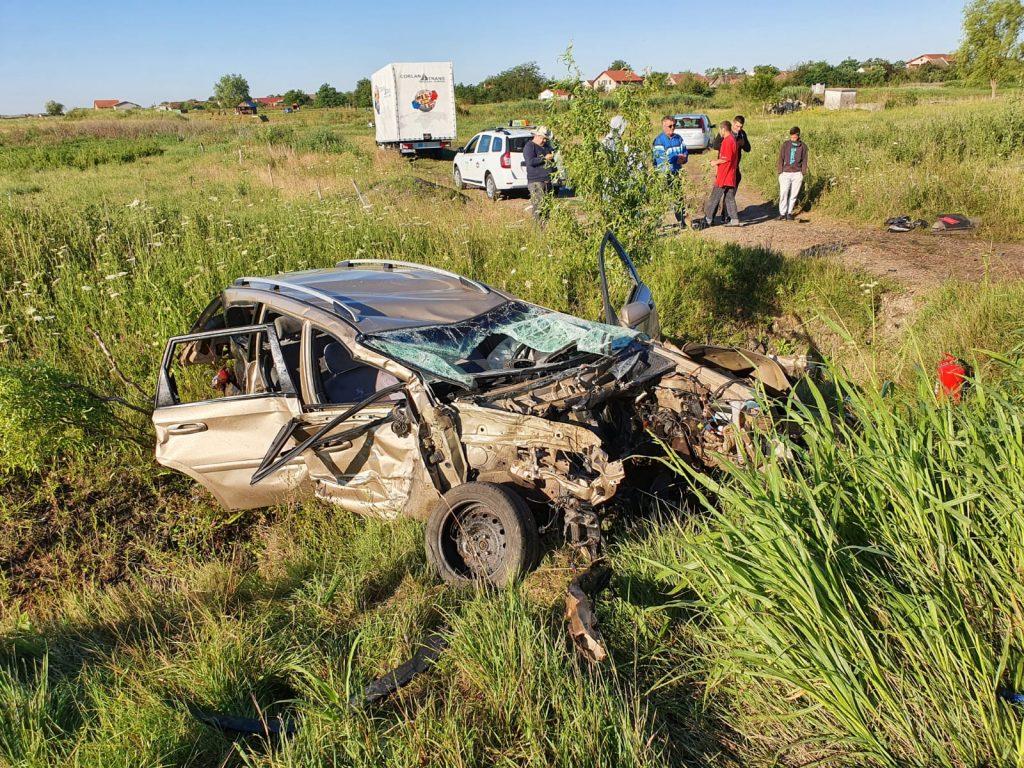 Șoferul unei masini a ramas încarcerat in urma accidentului
