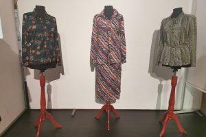 Piese vestimentare din perioada 1960-1990 expuse la Muzeul Național al Banatului