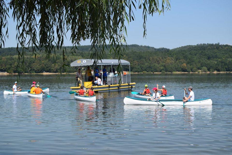 Plimbări gratuite cu catamaranul pe Lacul Surduc