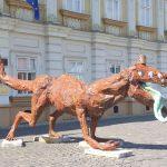 Dinozauri cu simbolul crucii în cap, expuși în Piața Unirii