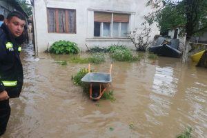 Inundaţii la Buziaş. Pompierii intervin pentru evacuarea apei din curți, grădini și subsoluri