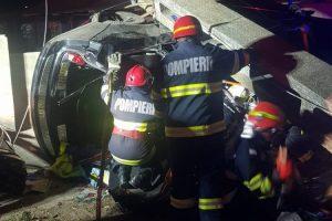 Accident grav la Comloşu Mare. Doi adolescenţi şi-au pierdut viaţa după ce maşina în care se aflau a intrat într-un stâlp