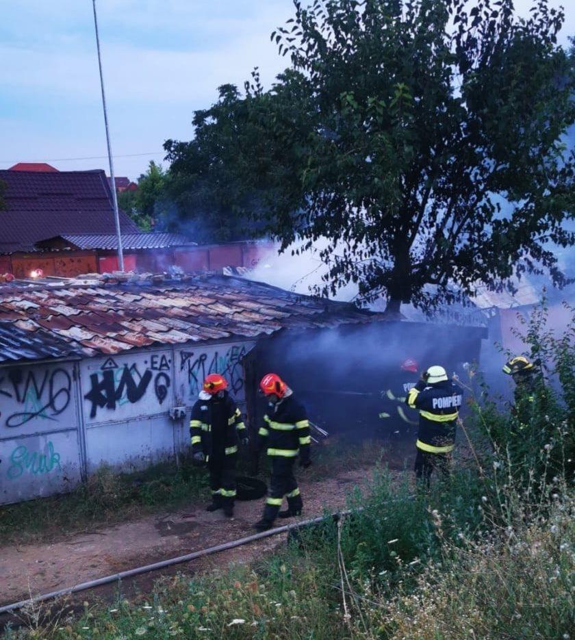 Zece garaje și două mașini au fost distruse la Arad, în urma unui incendiu