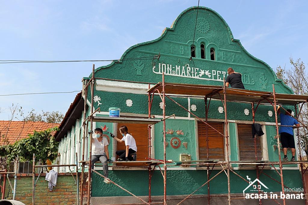 Racoviţa a prins culoare cu ajutorul voluntarilor. 30 de case au fost zugrăvite în doar 3 zile