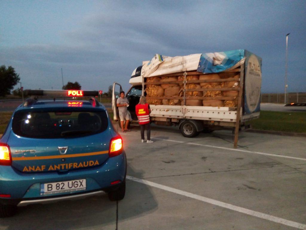 Transport clandestin de tutun, confiscat de inspectorii antifraudă