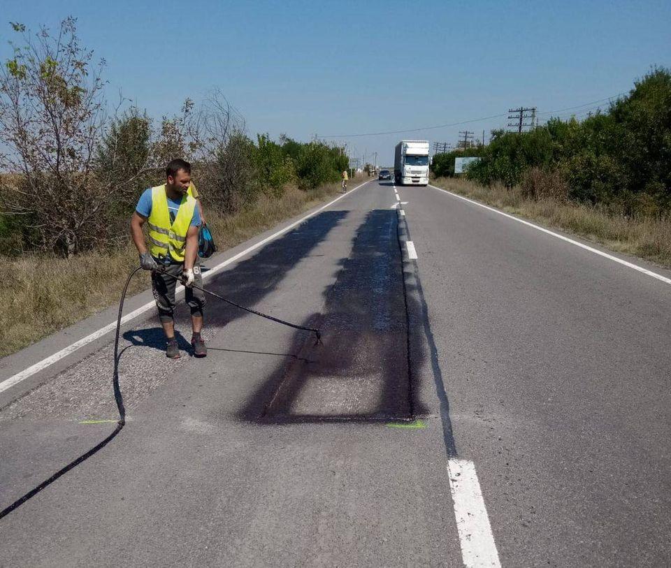Atenţie, şoferi! Se lucrează pe un drum din vestul ţării