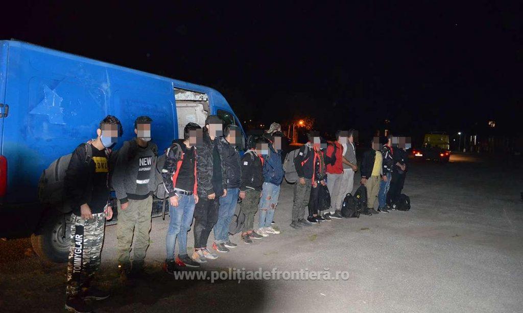 16 migranţi din Siria, Iran şi Irak, depistaţi ascunşi într-un microbuz pe autostradă