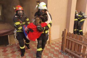 Pompierii timişoreni, eroi pentru un bătrân. L-au salvat dintr-un incendiu