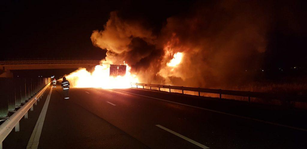 Autocamion în flăcări pe A1