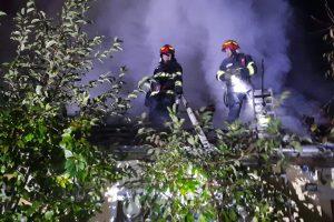 Flăcările au mistuit acoperişul unei case in Dumbravita