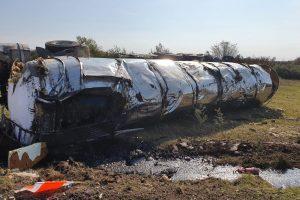 Accident lângă Stamora Română, șoferul unei autocisterne a rămas încarcerat