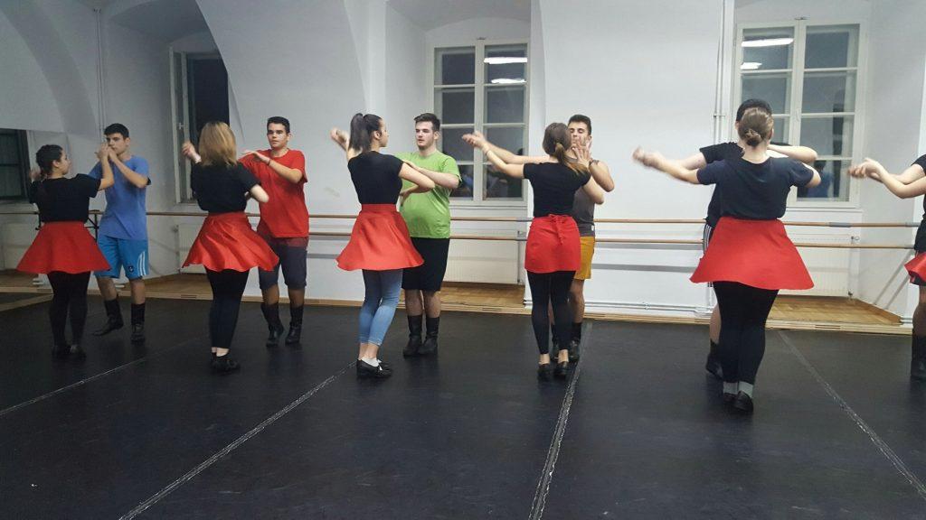 De la mic la mare, cercuri de dansuri și muzică la Centrul de Cultură și Artă din Piața Libertății