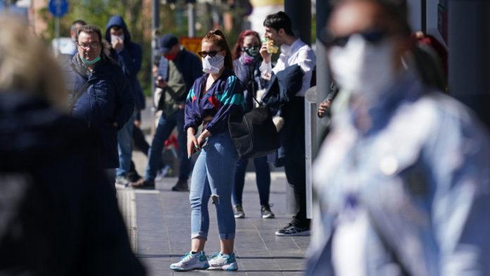 Are coronavirus, dar a ieșit la plimbare pe străzi. Tânăra se va alege cu dosar penal