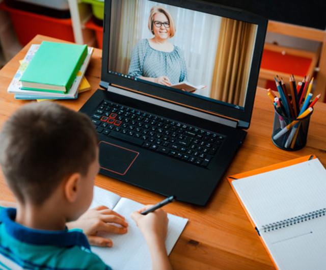 Elevii din șase localități timișene trec de luni în on-line