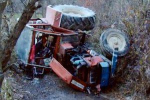 Bărbat strivit de tractor când încerca să scoată un prun