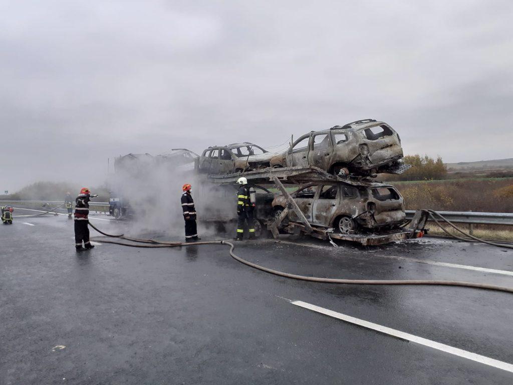 Un autotren încărcat cu autoturisme a luat foc