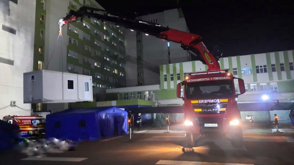 Containere de triaj, instalate în curtea Spitalului Județean