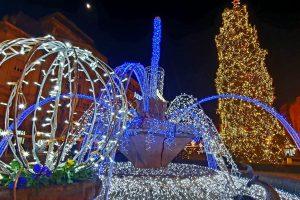 A fost aprins iluminatul festiv de sărbători în Piața Victoriei. FOTO