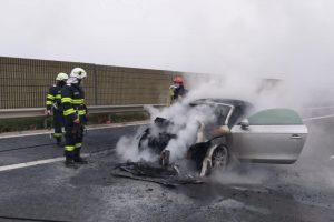 Incendiu pe autostrada Timișoara-Lugoj. O mașină a luat foc din senin