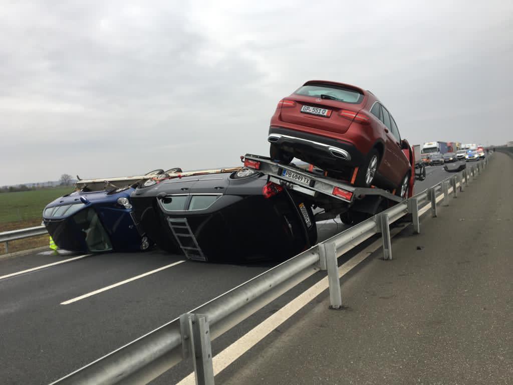O remorcă plină cu autoturisme s-a răsturnat și a blocat A1