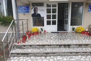 Sediul Primăriei Voiteg plin cu flori și lumânări în memoria primarului Tudor Marinescu