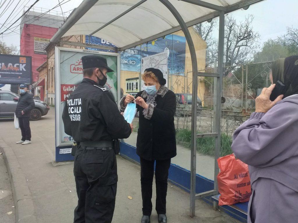Polițiștii locali au împărțit măști în stații și în mijloace de transport