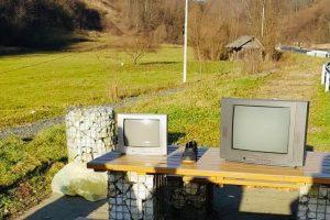 """Parcare """"modernizată"""" pe un drum național din vestul țării de un șofer care a lăsat două televizoare"""