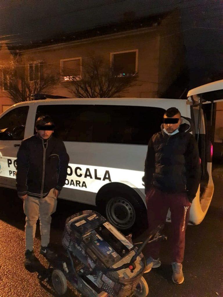 Surprinși de polițiștii locali după ce au furat baterii auto din curtea unui magazin de pe Calea Aradului