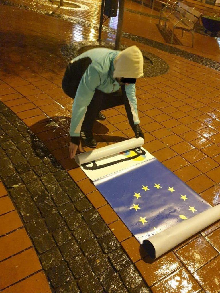 """Bărbat surprins de polițiștii locali în timp ce fura un banner de la expoziția """"Tolerance 2020"""" din Piața Libertății"""