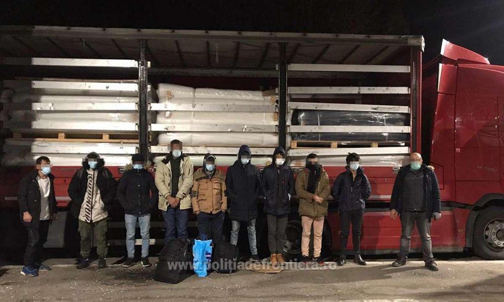 Nouă migranți, depistaţi ascunşi într-un automarfar încărcat cu textile
